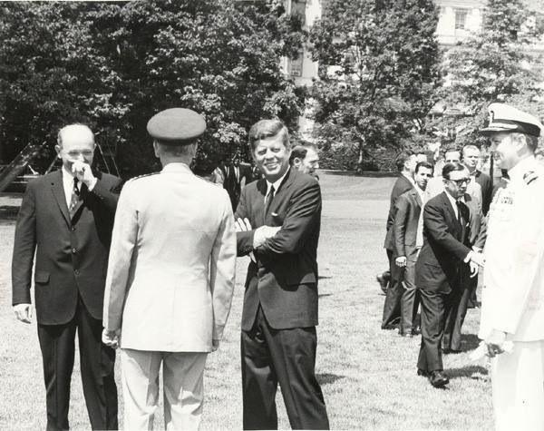 1963. 15 Juillet. Jfk waiting for Julius Nyerere