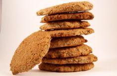Biscuits ou Cookies à Index Glycémique Bas-------------------------------------------     100 g de son d'avoine     30 g d'huile d'olive ou 50 g de beurre     90 g de fructose     ½ cc de vanille en poudre ou le double liquide     ½ cc de sel     40 g de farine de noix de coco     2 blancs d'oeufs     ½ cc de levure chimique      50 g de poudre d'amande     30 g de poudre de noisette     185 ml d'eau     2 cuil. à soupe de farine de soja + 2 cuil. à soupe d'eau     50 g de purée d'amande