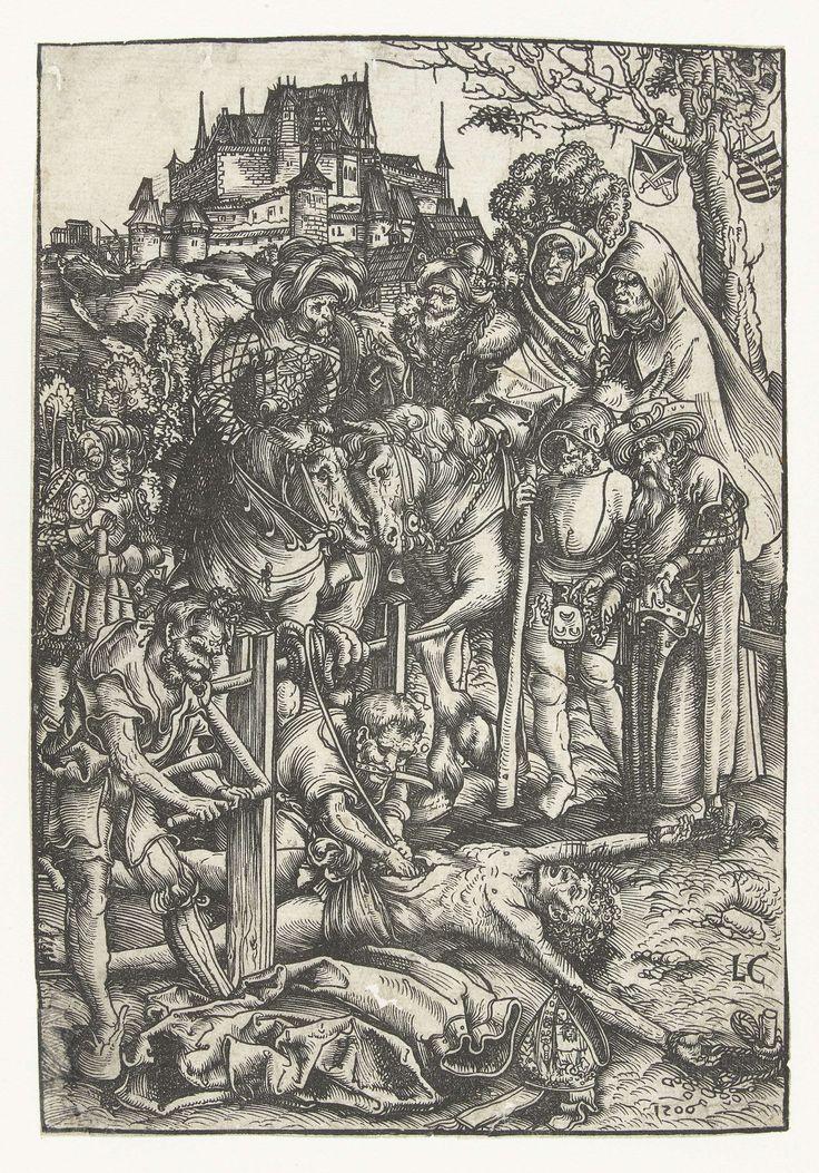 Lucas Cranach (I) | Martelaarschap van Heilige Erasmus, Lucas Cranach (I), 1506 | De Heilige Erasmus ligt vastgebonden op de grond terwijl twee mannen zijn darmen op een lier (windas) winden. Soldaten en mannen te paard kijken toe. Op de achtergrond staat een kasteel. In de boom rechtsachter hangen twee schilden met het keurvorstelijk en hertogelijk wapen van Saksen.