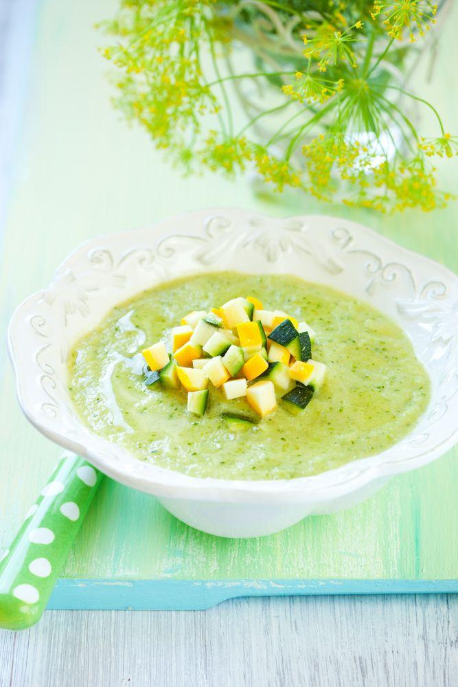 Bereiden: Snijd de courgettes in blokjes, de uien in reepjes en pers de knoflookteentjes uit. Stoof de groenten aan in de olijfolie. Voeg mosterd, kerrie en paprikapoeder toe en laat de kruiden eventjes meebakken. Giet de kippenbouillon erbij. Kook de groenten gaar in 20 min. Mix de soep met een staafmixer.