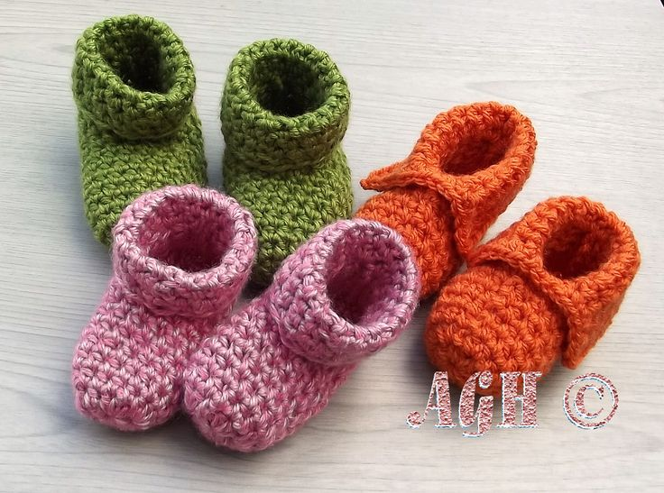 The Easiest Booties. Pattern for 0-6 months and 6-12 months with instructions for both the rolled and split cuff.