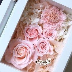 オレンジのカーネーションの花言葉は、「熱烈な愛」グラスの中にはオレンジ系の花びらを閉じ込めました。甘さと涼しさと両方が感じられるこのアレンジが人気上昇中です。花びらには、大切な人を邪悪なものから守るという意味があって、結婚式の花嫁の前を小さなフラワーガールが花びらを撒いてあるいたり、挙式後にもゲストが新郎新婦にフラワーシャワーをします。大切な人のお守りになればいいなと思います。グラスの周りにフランス語のリボンをつけ、ちょっぴりヨーロピアンテイストに。クッションシートを入れたクリアケースにお入れしてお送りします。大きさは、直径10cm高さ10cmです。なお、贈り主さまへ直接お送りする以外は、梱包ダンボールにエコダンボールを使用しておりますのでご了承ください。