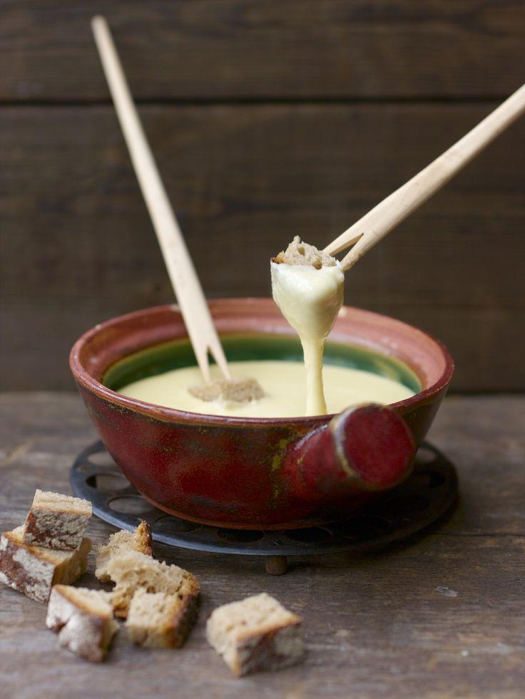 La fonduta di formaggio all'italiana è un piatto filante e gustoso, prevede l'impiego di fontina e burro amalgamati a tuorli d'uovo.