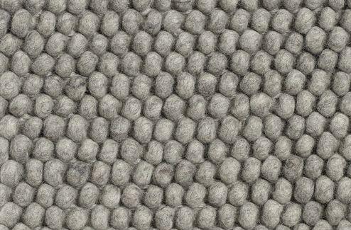 Peas er laget av hundrevis av små ullkuler, sydd sammen til et vakkert teppe med myk tekstur. HAY samarbeider med små, lokale veverier i India og Nepal, både for å gi sårt trengte arbeidsplasser og for å opprettholde et høyt kvalitetsnivå. Kom gjerne innom oss for å se på teppeprøver.Bestillingvare. Leveringstid ca 4-6 uker. 80 x 140 cm80 x 200 cm140 x 200 cm 170 x 240 cm 100 x 300 cm200 x 300 cm ( På lager i Dark Grey til omgående levering ! )