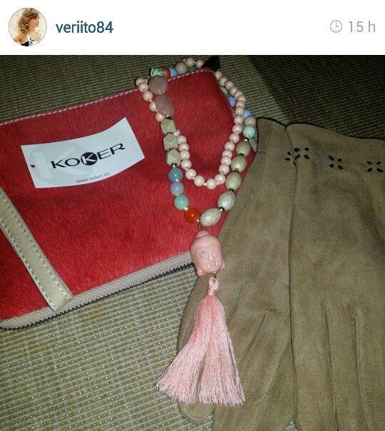 La ganadora del concurso del bolso de potro de Koker con su bolsito y unos guantes y collar de regalo :)