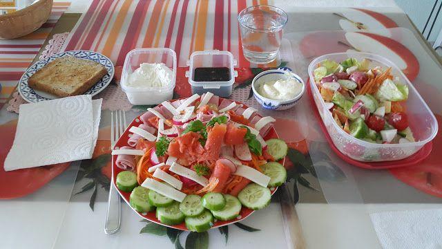 Ein kleines Lachstellerchen   Ein schönes Arrangement der Unvergleichlichen. Da setze ich mich doch gerne znd geniesse voller Freude. Feiner Lachs begleitet von selbstgemachten Cremes dazu ein knackiger Salat. Lachs mit Gemüse und einigen Streifen Ziegenkäse. Für die Vitamine einen frischen knackigen Salat als Beilage.