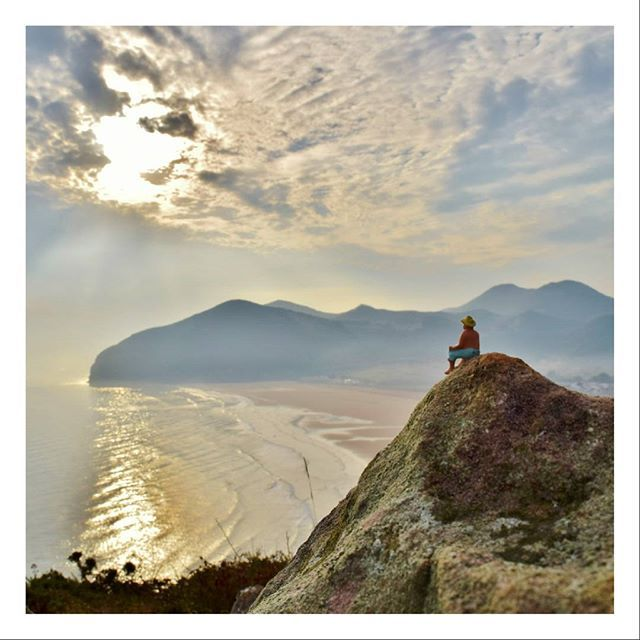 Reflexiones matutinas 🌄 #miñico #tinypeople #miniworld #beach #playa #mountain #amanecer #sunrise #reflejos #reflections #montaña #naturaleza_spain