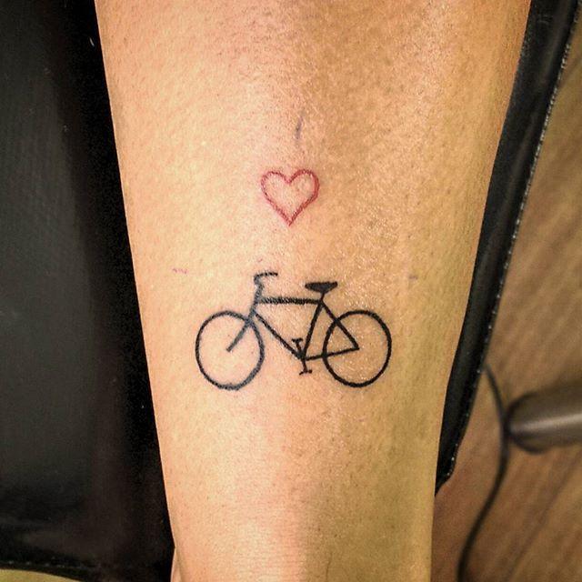 também de hoje, na Mirleni bicicletinha de 4 cm #93 31.07.15 ❤ #tatuagem #tattoo #tatowierung #tattooapprentice #aprendizdetatuador #tinytattoo #tattoopequena #bikelovers #bicicleta #fahrrad