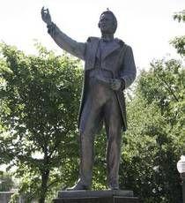 Monument Louis-Joseph-Papineau.  Chef du  Parti patriote.  Papineau fut aussi l'orateur de la Chambre d'Assemblée du Bas-Canada d'abord de  1815 à 1823 et de nouveau entre 1825 et 1838.