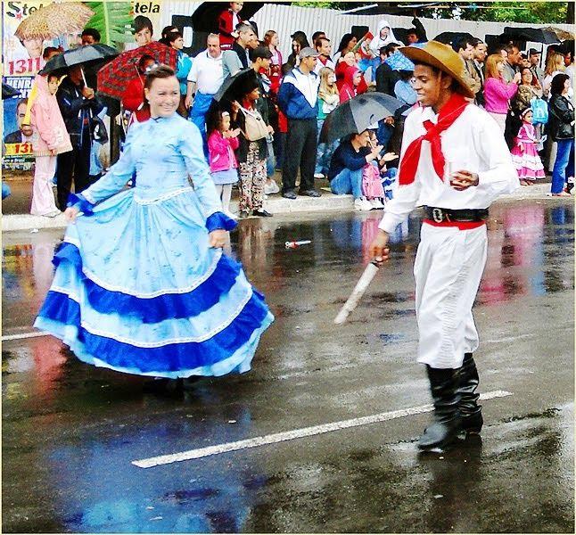 """Los trajes tipicos de la Argentina son el traje de gaucho para el hombre y el de paisana o """"china"""" para la mujer.    Hay que destacar que en..."""