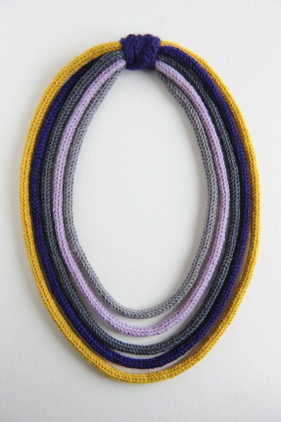 collana in lana giallo blu grigio lilla di knotLAB - tricotin collier