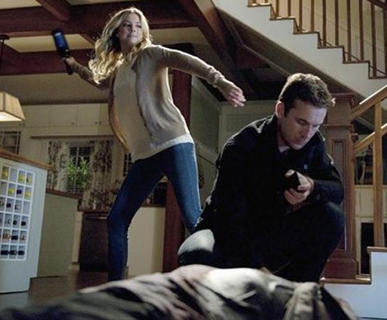 """More Spoiler Photos From Revenge Season 2, Episode 3, """"Confidence"""": Emily Thorne Takes Out Aiden Mathis! (PHOTOS) - Gallery - Emily Knocks Out Aiden With a Bottle in Revenge Season 2, Episode 3, """"Confidence"""" - Revenge"""