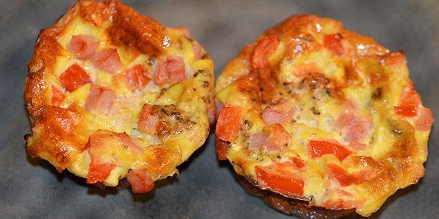 Dejlige små æggemuffins med skinke og frisk tomat, der både er sunde, lækre og nemme at lave.