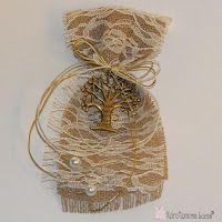 Lucas - Είδη Συσκευασίας: Μπομπονιέρα με θέμα το Δέντρο της Ζωής. Η μπομπονιέρα αποτελείται από γιούτα, δαντέλα, εκρού και χρυσό κορδόνι για το δέσιμο, πέρλες στο τελείωμα και το μεταλλικό δέντρο της ζωής με ευχές γραμμένες στον κορμό του.    Boboniera made of jute, lace, and a metal tree of life.