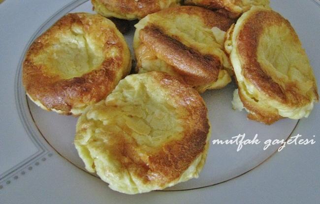 Mutfak Gazetesi  Krep veya pankek sevenler için farklı bir alternatif.  Popover'ların piştikten hemen sonra, anında ve hiç bekletilmeden servis edilmeleri gerektiği için zamanlamasını iyi ayarlayınız.  Amerikan kahvaltılarının gözdesi çok güzel kabaran popover'ları bal, reçel veya peynirle birlikte tüketebilirsiniz.  Popover yaparken muffin kalıplarınızın tabanına minik parçalar halinde tereyağı koyunuz ve karışımı kaba dökmeden önce kabı fırında bir kaç dakika kızdırınız. Çok kabardığını