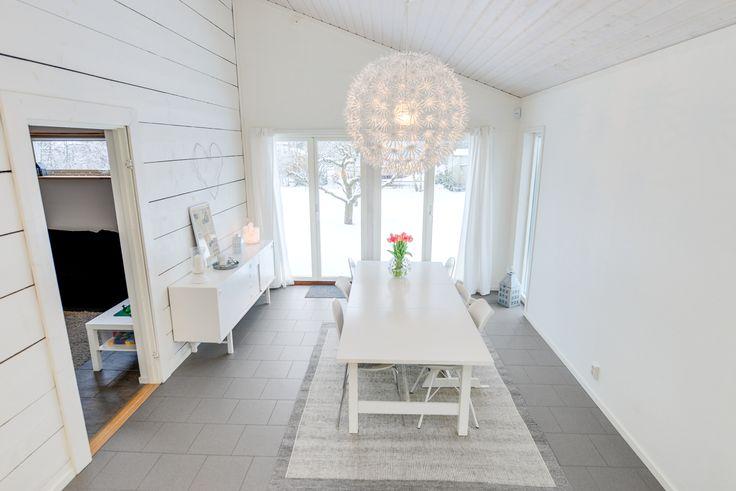 Härligt matrum i etagé - med träpanel i tak, fondvägg av panel och klinker golv - ljusa fönsteröppningar mot altan!