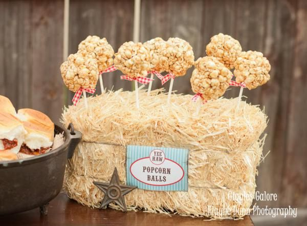 Me encanta esta forma de presentar las bolas de palomitas, idónea para una fiesta vaquero o una fiesta granja / I love this idea for presenting the popcorn balls, ideal for a cowboy party or a farm party