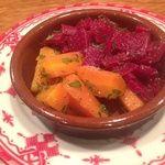 ジャジューカ - 料理写真:人参のサラダとビーツのサラダ   クミン風味(モロッコ料理の前菜)