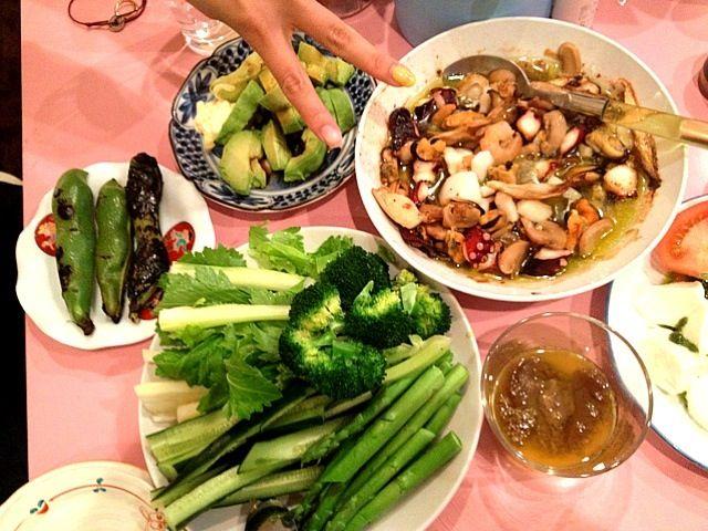 アヒージョの具材はムール貝、タコ、チビホタテ、冷凍ミックスのエビ、イカ、エリンギ、マッシュルーム、めちゃ美味しかった♪( ´θ`)ノ  バーニャカウダーでつける野菜は、蒸しブロッコリー、湯でアスパラ、セロリ、キュウリです!  あとはトマトとモッツァレラのカプレーゼ、アボカドサラダ、そら豆焼きです^_^ 野菜美味しい♥ - 16件のもぐもぐ - シーフードとキノコのアヒージョ、カプレーゼ、バーニャカウダー、アボカドサラダ、そら豆焼き by koha27
