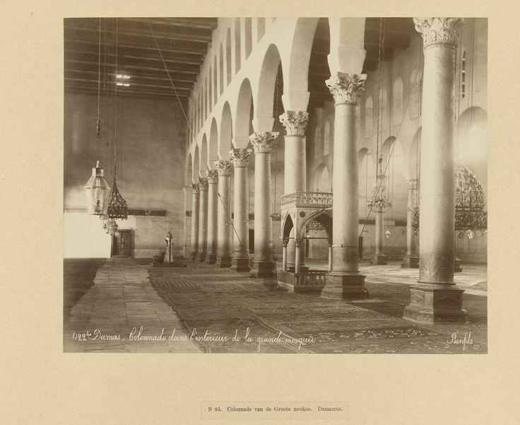 | S 94. Colonnade van de Groote moskee. Damascus, c. 1867 - c. 1876 | De collonade aan de binnenzijde van de Omajjaden of grote moskee. De foto is onderdeel van de door Richard Polak verzamelde fotoserie van Syrië.