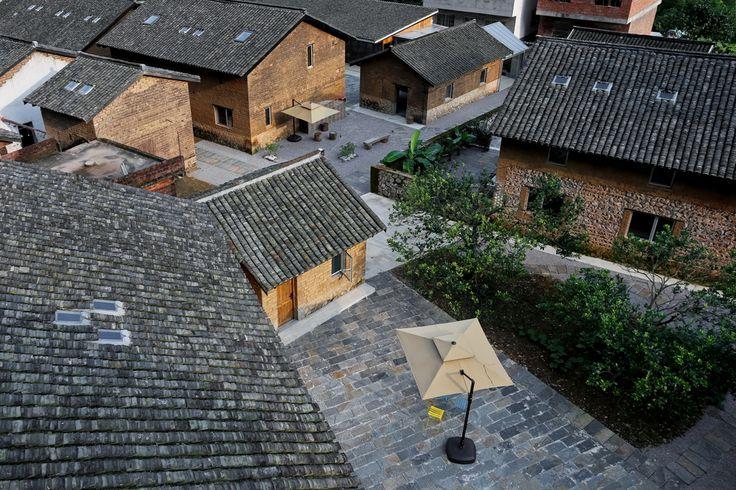En la población china de Xin Ping, en la región sureña de Guangxi, se encuentra este hotel sumido en las montañas que conforman el paisaje del río Li. El proyecto contempla dos partes. Por un lado, la transformación de un grupo de granjas ruinosas...