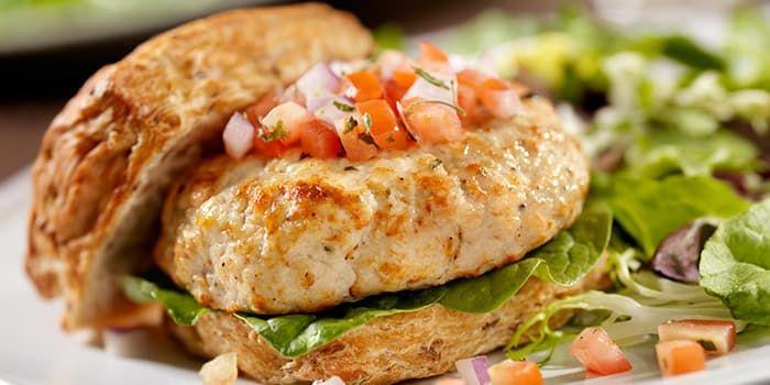 Celebra una noche de hamburguesas de pavo sazonadas con especias frescas. Nuestra versión incluye salsa fresca como condimento saludable y bajo en calorías.