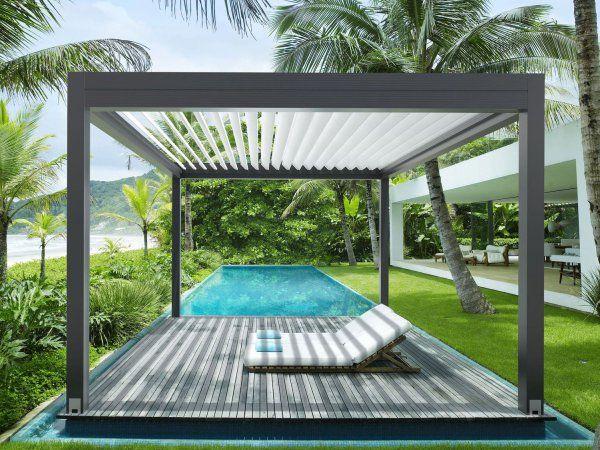 Das Bewegliche Lamellendach Varia Von Gibus In Einem Sonnigen Garten Mit Pool Direkt An Einer Terrasse Terrassenuberdachung Uberdachung Terrasse Pergola