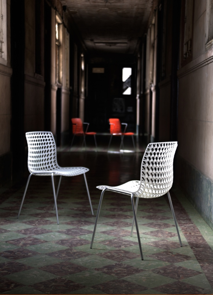Chair inspired by the particular optical effects of the moiré textile. The polypropylene structure in 3D has a ratio strength / weight exceptional. Moiré has been awarded with the most prestigious international design awards. Design Tony Haas