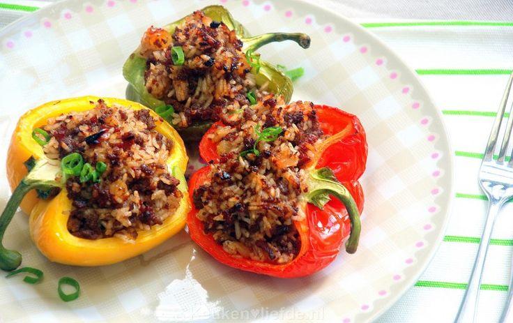 Deze gevulde paprika met gehakt en rijst is met recht een weergaloze klassieker. De paprika worden door het bakken in de oven verrukkelijk zacht en zoet!