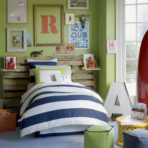 Tablie de pat funky dintr-un vechi palet pereti zugraviti in verde oliv cu tablouri cu litere si moc