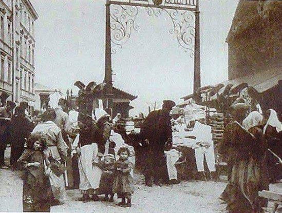 Brama prowadząca na Bazar Różyckiego