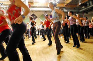 Samba Brazilian Style Samba no Pé ist ein Solo-Tanz, die am häufigsten getanzt, improvisierte beim auf Samba-Musik. Das Basiswerk umfasst einen geraden Körper und eine Biegung ein Knie auf einmal. Die Füße bewegen sich sehr leicht - nur ein paar Zentimeter zu einer Zeit. Der Rhythmus ist 2 / 4, mit 3 rückwärts Schritten pro Takt. Es  kann als ein wechsel Schritt (auf dem platz) beschreiben nannte.