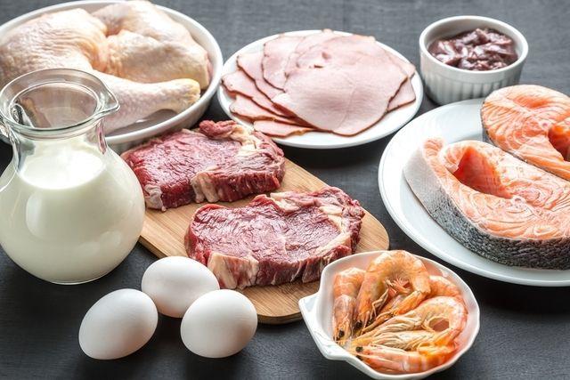 No cardápio da dieta cetogênica deve-se evitar alimentos ricos em carboidratos como arroz e macarrão, e aumentar o consumo de carnes e óleos. Veja...