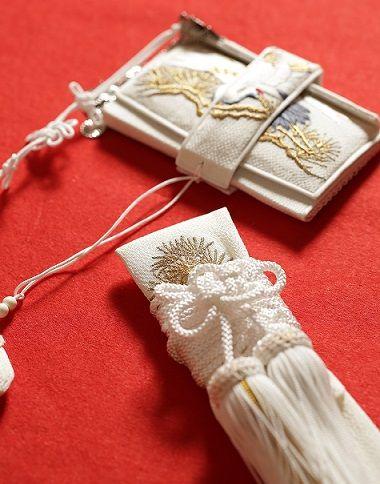 鶴や松といった吉祥柄が日本刺繍であしらわれた懐剣と筥迫 趣があります