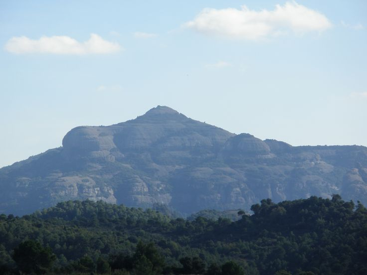 2009 - El Montcau (1056m) vist des del poble de Talamanca (Comarca del Bages - Catalunya). Mes info: http://ca.wikipedia.org/wiki/El_Montcau