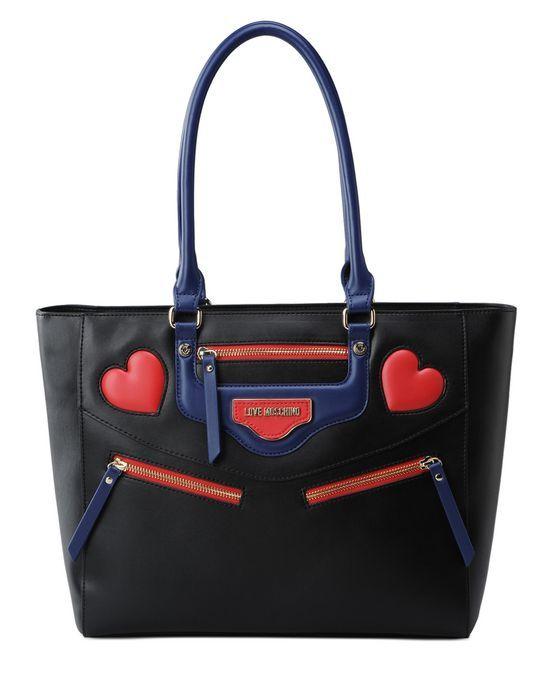 Borsa firmata Love Moschino con doppio manico e logo a forma i cuore in rilievo cucito esternamente oltre a tasche zip.