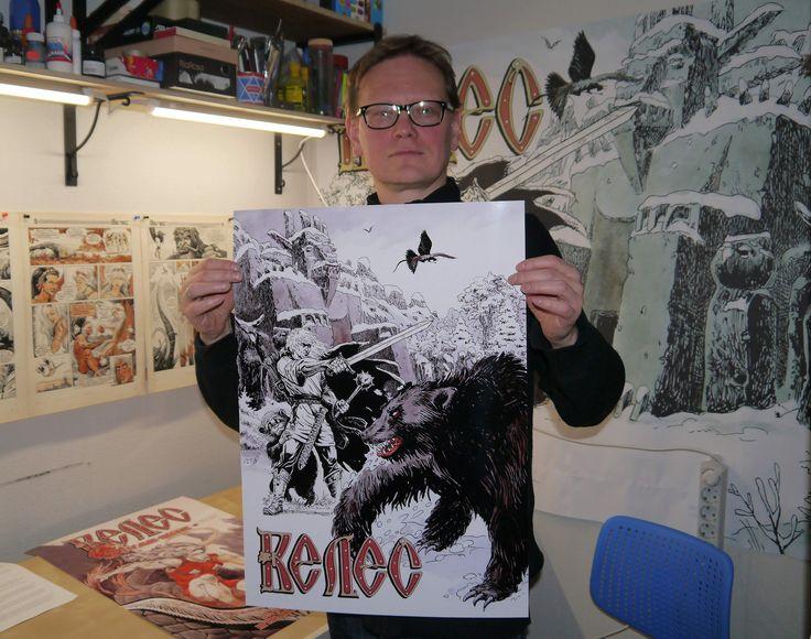 """Автор комикса """"Велес"""" Игорь Кожевников демонстрирует плакат для спонсоров проекта Велес на Boomstartere"""