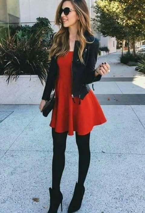 Vestido rojo. Medias panty negras. Botines de tacón alto. Chaqueta negra de cuero.