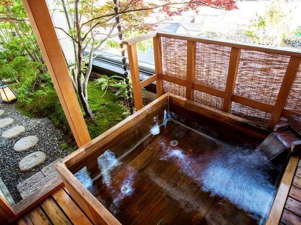 きのさきの宿 緑風閣は城崎温泉で人気のステイケーションが楽しめるおすすめの宿です。きのさきの宿 緑風閣ではおいしい旬の味覚をたっぷりいただくことができます。満足いく内容と献立は多くの人の心をとらえています。朝食で食べられる干物も人気のメニューです。純度100%の温泉が楽しめるのも特徴です。水を加えることなく適温にして、変わり風呂を色々楽しむことができます。