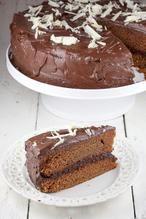 CHOCOLADE LAGEN TAART  Overheerlijke chocolade lagen taart, hij is zacht, romig en super 'gezond'. Grapje! Het is gewoon een simpele maar awesome chocolade lagen taart!  Recept onder de knop 'Bron'.