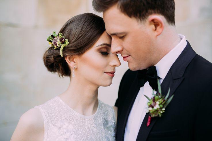 wedding marsala / buttonhole / florystyka ślubna w kolorystyce marsala / fot. Bajkowe Śluby