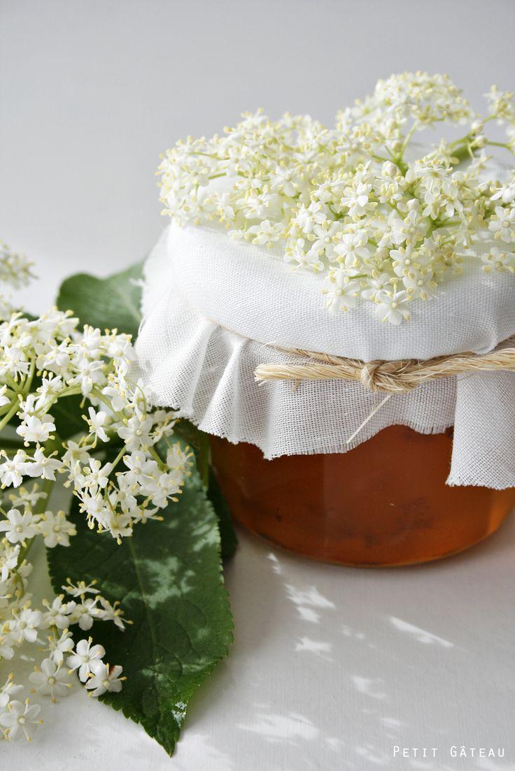 Petit Gâteau : Die Blütenpracht wird in Gläser gepackt – Fliederblütensektgelee und Holunderblütensektgelee
