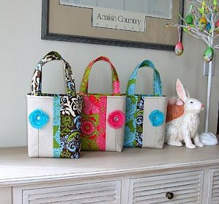 Springtime Tote Tutorial. They look fabulous! And there is (http://emilys-little-world.blogspot.com/2009/12/handmade-flowers-tutorial-week-day-5.html) flower tutotial.