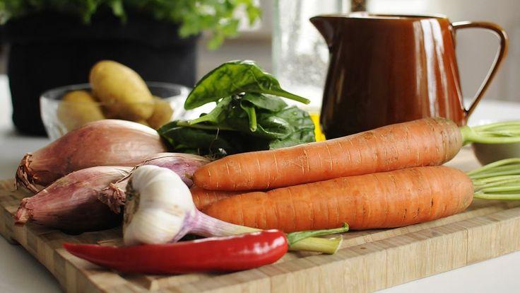 Skala och skär grönsaker i grova bitar, lägg dem i en kastrull med fläsksidan, slå på kallt vatten och koka upp, skumma väl och småkoka i ca 1½ timme.Låt köttet kallna under press.Lägg samtliga ingredienser till glazen i en liten kastrull och koka ner den till sirapsliknande konsistens.När kött…