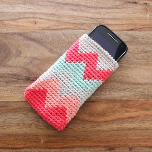 Not 2 late to craft: Funda de ganxet per al mòbil / Tapestry crochet Smartphone Sleeve - free pattern in Catalan and English with chart.