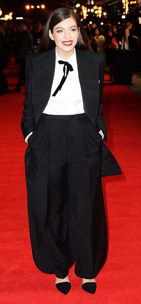Tilda Swinton e Lorde vestono Schiaparelli Haute Couture. Per Tilda, un abito lungo a righe prezioso, per Lorde un tuxedo nero e una camicia bianca .