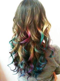 Doe eens gek! Ook aan je haar kun je allerlei kleuren toevoegen. D.M.V krijt is het gemakkelijk in te brengen en ook zo weer uit te wassen!