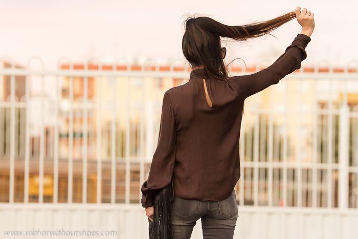 Blusa romántica con cuello vuelto, jeans y Zapatos con tachuelas de Rebeca Sanver | With Or Without Shoes - Blog Moda Valencia España