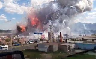 A huge explosion has ripped through Mexico's best-known fireworks market on the northern outskirts of the capital...