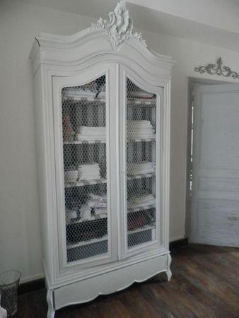 belle armoire patinée, porte en grillage cage à poule, tissu rayé pour l'intérieur. Je veux faire ça cet été pour la grande armoire